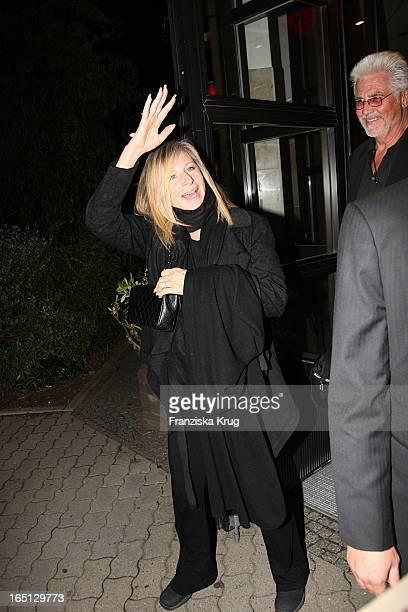 Barbra Streisand Mit Ihrem Ehemann James Brolin Verlassen Ein Restaurant In Berlin Am 300607