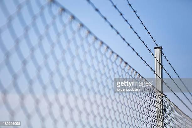 barbwire - gevangenis stockfoto's en -beelden