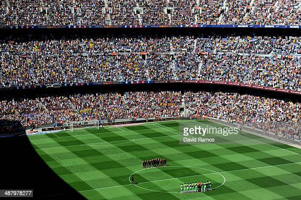 Barcelona and Getafe CF players observe minute of silence in memory of former FC Barcelona head coach Tito Vilanova prior to the La Liga match...