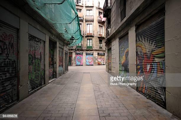 barcelona, barrio gotico - graffiti fotografías e imágenes de stock