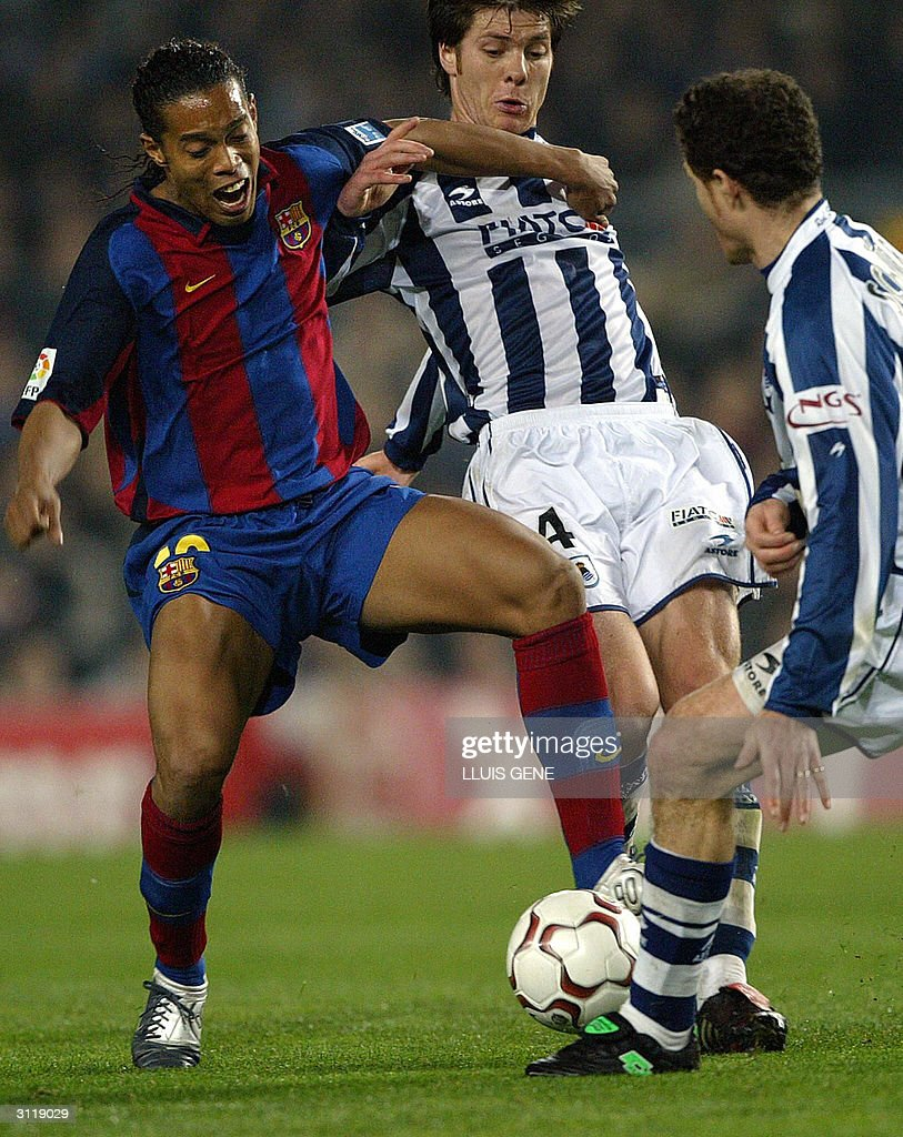 FC Barcelona Brazilian Ronaldinho (L) vi : News Photo