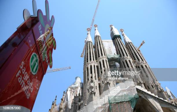 Barcelona City Tour sign stands in front of church Sagrada Familia in Barcelona, Spain, 31 July 2013. Photo: Friso Gentsch/dpa | usage worldwide