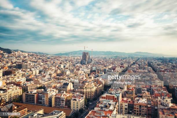 barcelona cityscape and sagrada fimiliar - stadsdeel stockfoto's en -beelden
