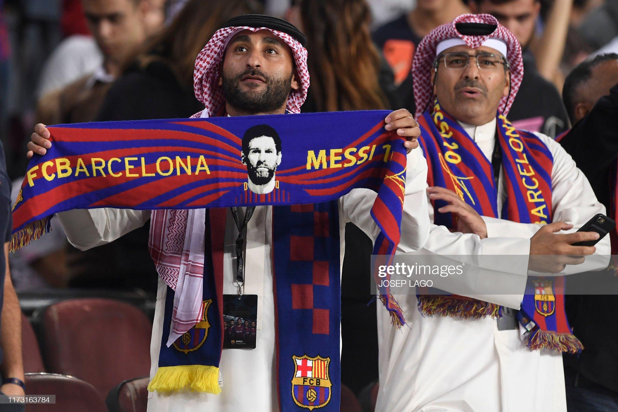 صور مباراة : برشلونة - إنتر 2-1 ( 02-10-2019 )  Barcelona-fan-holds-a-scarf-depicting-barcelonas-argentine-forward-picture-id1173163784?s=2048x2048