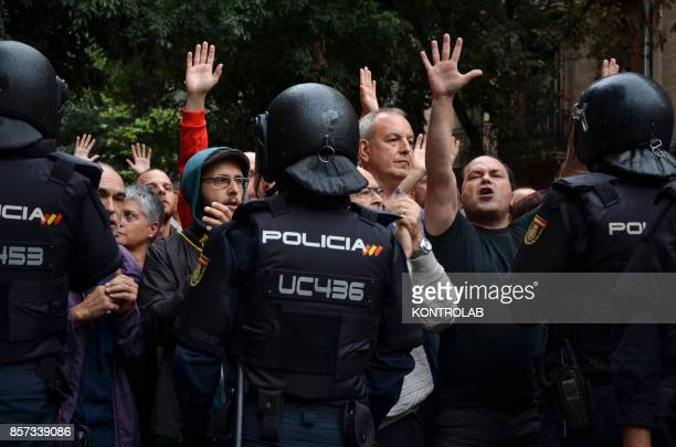 Barcelona high tension for the vote for the referendum on the independence of Catalonia in Spain Clashes between police and citizens and voting in...