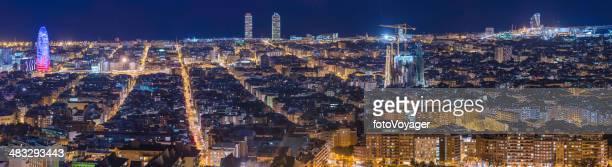 Paisaje de panorama de la ciudad de Barcelona iluminado Sagrada Familia de Gaudí Torre Agbar mediterránea de España