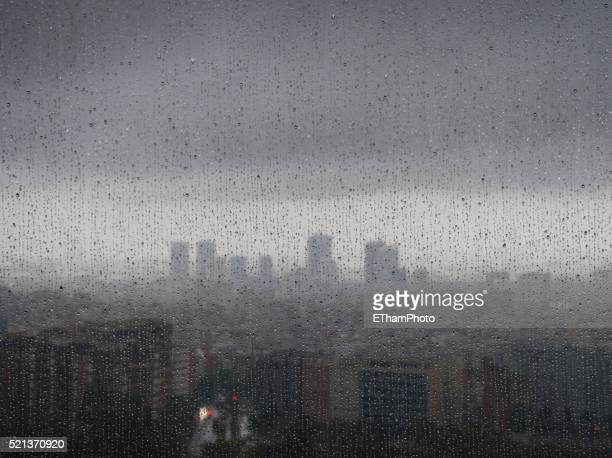 barcelona in the rain - rain fotografías e imágenes de stock