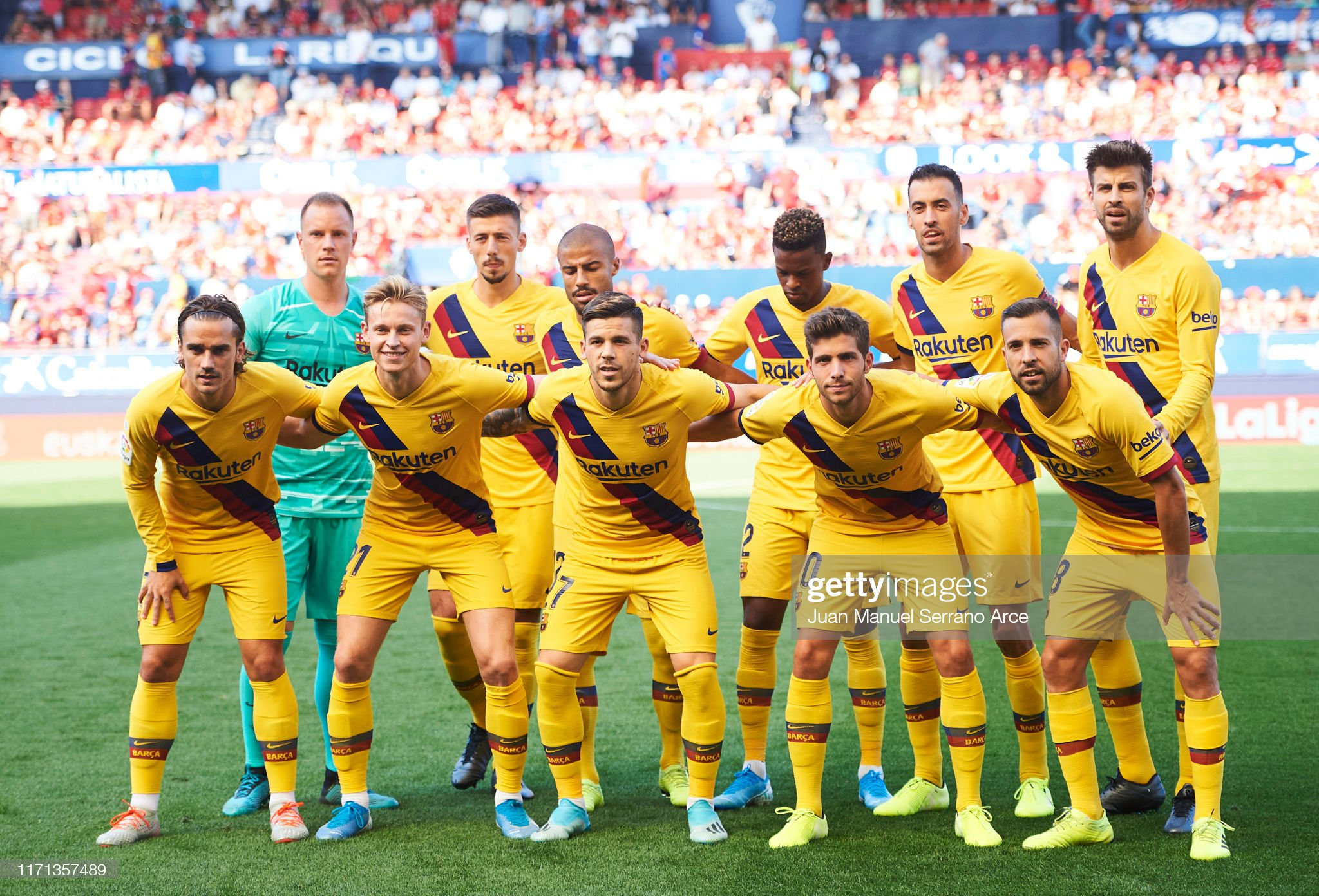 صور مباراة : أوساسونا - برشلونة 2-2 ( 31-08-2019 )  Barcelona-line-up-for-a-team-photo-prior-to-the-liga-match-between-ca-picture-id1171357489?s=2048x2048