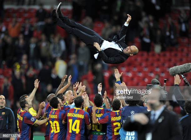 FUSSBALL CHAMPIONSLEAGUE FINALE SAISON FC Barcelona Manchester United FC FC Barcelona feiert den Sieg Trainer Josep Guardiola wird nach dem Sieg von...