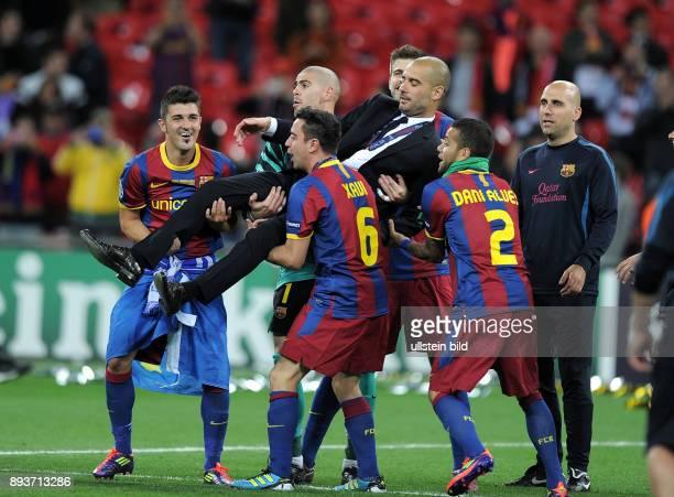 FUSSBALL CHAMPIONSLEAGUE FINALE SAISON FC Barcelona Manchester United FC FC Barcelona feiert den Sieg Der Trainer Josep Guardiola wird von seinem...