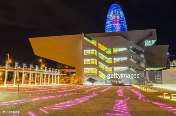バルセロナデザインデザインミュージアムdhubは夜スペインで照ら - デザイン博物館 ストックフォトと画像