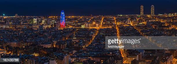 Noche panorama del centro de la ciudad de Barcelona Torre Agbar