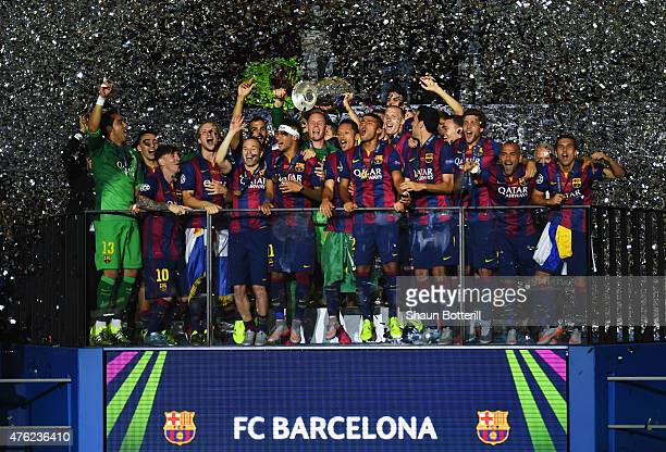 Barcelona players celebrate victory with the trophy after the UEFA Champions League Final between Juventus and FC Barcelona at Olympiastadion on June...