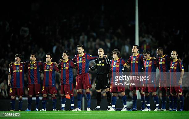 Barcelona players observe a minute of silence for former spanish soccer players Agusti Dominguez Pepin and Arteche deaths prior to the La Liga match...