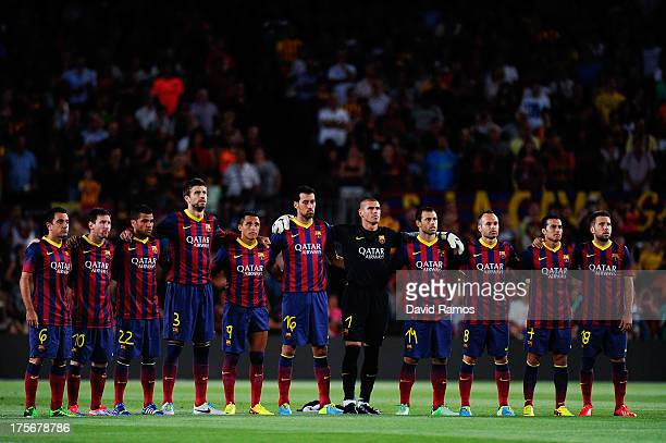Barcelona players observe a minute of silence in memory of late former FC Barcelona goalkeeper Antoni Ramallets during a friendly match between FC...