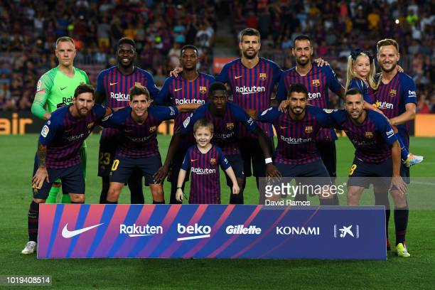 Barcelona players pose for a team picture during the La Liga match between FC Barcelona and Deportivo Alaves at Camp Nou on August 18 2018 in...