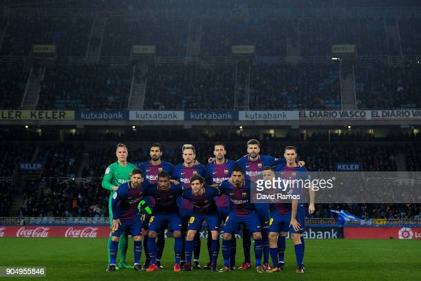 Barcelona players pose for a team picture during the La Liga match between Real Sociedad and FC Barcelona at Anoeta stadium on January 14 2018 in San...