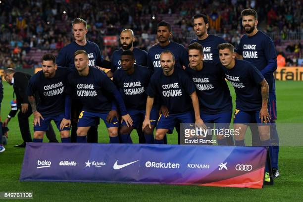 Barcelona pose for a team picture wearing a shirt supporting their team mate Oussame Dembele of FC Barcelona during the La Liga match between...