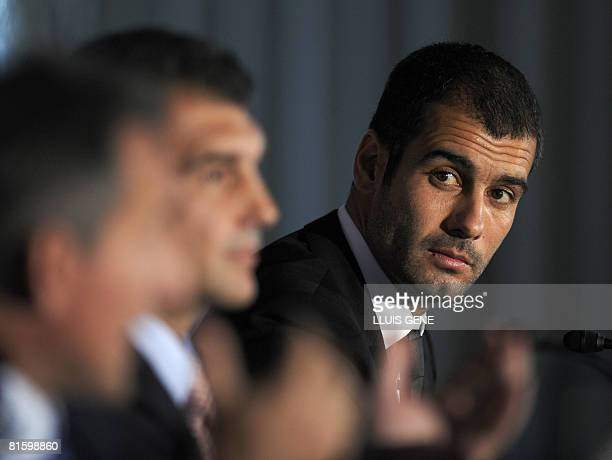 Barcelona president Joan Laporta and director of football Txiki Begiristain pose with Pep Guardiola during his presentation as Barcelona's new coach...