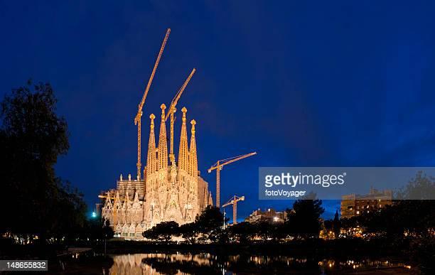 Iluminado por la noche, Barcelona la Sagrada Familia de Gaudí Plaça Cataluña, España