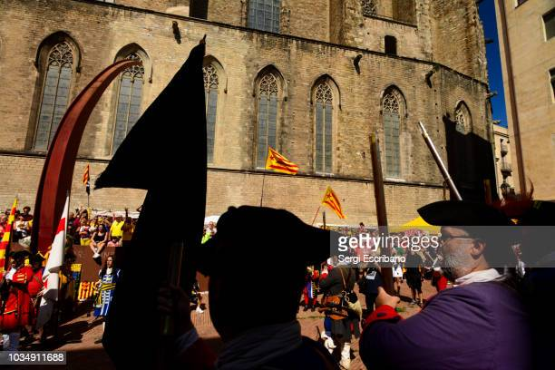 """barcelona september 11,2018. cataluña-españa.a group of actors characterized as miquelets (catalan militia), parade through the memorial of the fossar de les moreres  (literally """"grave of the mulberries"""") during the national day of catalonia celebrat - as stock pictures, royalty-free photos & images"""