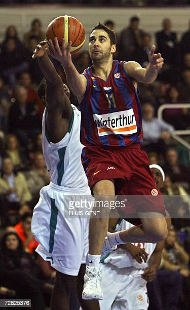 Barcelona's Juan Carlos Navarro vies with Pau Orthez Michael Wright during a EuroLeague basketball Group C match at the Palau Blaugrana in Barcelona...