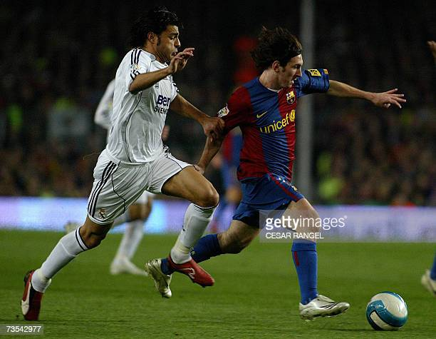 Barcelona's Leo Messi is chased by Real Madrid's Torres during a Spanish league football match at the Camp Nou stadium in Barcelona 10 March 2007 AFP...