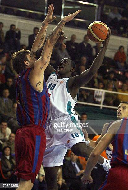 Barcelona's Mario Kasun vies with Pau Orthez Michael Wright during a EuroLeague basketball Group C match at the Palau Blaugrana in Barcelona 14...