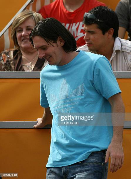 FC Barcelona's Argentinian Leo Messi walks past compatriot Javier Saviola while watching Argentinian David Nalbandian playing Spain's Carlos Moya...