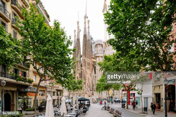 barcelona street and sagrada familia church, catalonia, spain - barcelona fotografías e imágenes de stock