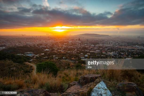amanecer en barcelona desde las montañas de collserola-febrero - february fotografías e imágenes de stock