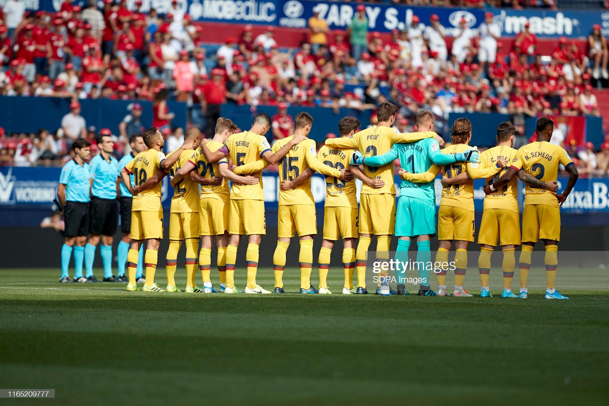 صور مباراة : أوساسونا - برشلونة 2-2 ( 31-08-2019 )  Barcelona-team-in-the-minute-of-silence-by-luis-enrique-after-the-la-picture-id1165209777?s=2048x2048