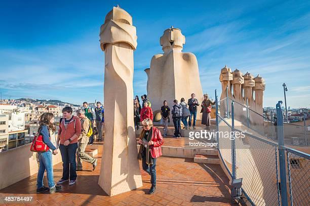 Barcelona los turistas junto al icónico Gaudí chimeneas en La Pedrera España