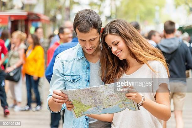 Barcelone touristes avec un plan de la ville sur la Rambla