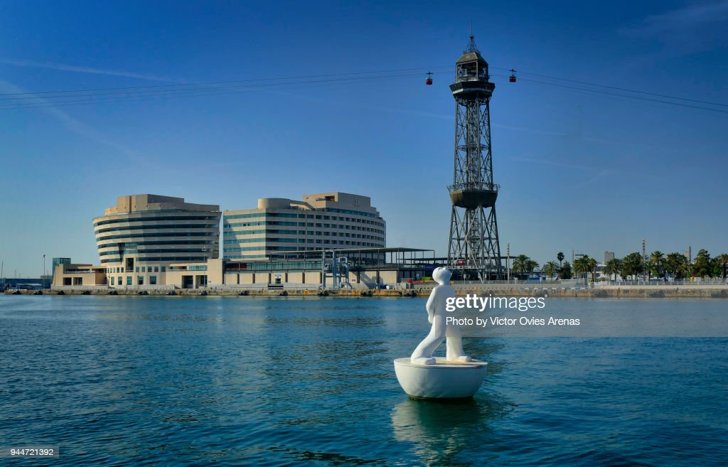 Barcelona World Trade Centre, Port Cable Car and the Stargazer (floating sculpture by Catalan painter and sculptor Robert Llimós) Barcelona, Catalonia, Spain : Foto de stock