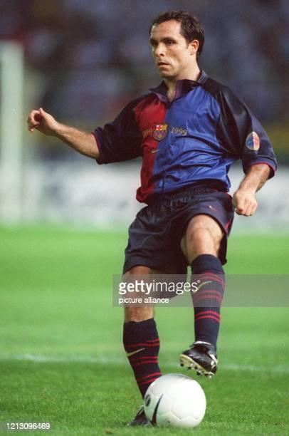 Barcelonas Abwehrspieler Sergi führt den Ball am 6.8.1999 im Berliner Friedrich-Ludwig-Jahn-Stadion, wo der spanische Meister FC Barcelona ein...