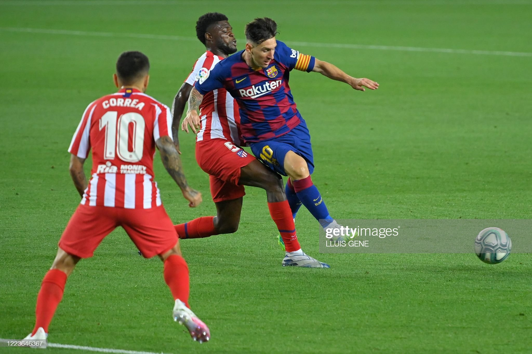 FBL-ESP-LIGA-BARCELONA-ATLETICO MADRID : News Photo