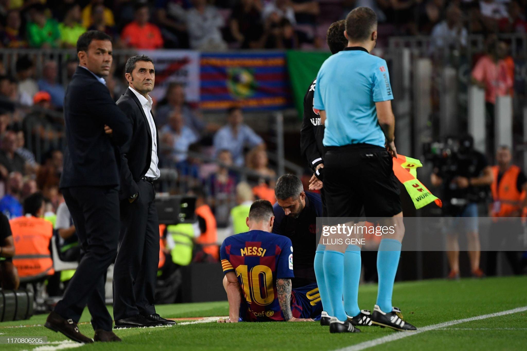 صور مباراة : برشلونة - فياريال 2-1 ( 24-09-2019 )  Barcelonas-argentine-forward-lionel-messi-is-treated-by-medical-staff-picture-id1170806205?s=2048x2048