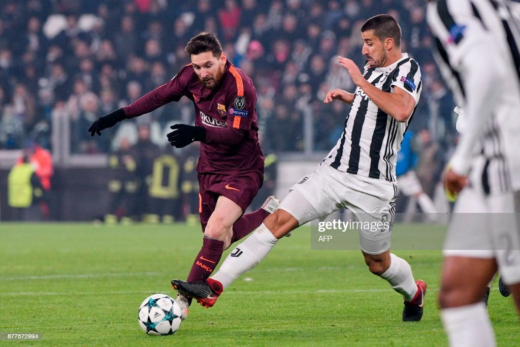 Barcelona's Argentinian forward Lionel Messi (L) fights for the ball with Juventus' midfielder from Germany Sami Khedira during the UEFA Champions League Group D football match Juventus Barcelona on November 22, 2017 at the Juventus stadium in Turin. / AFP PHOTO / Federico TARDITO