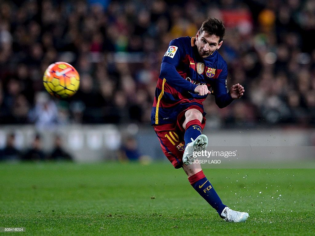 TOPSHOT - Barcelona's Argentinian forward Lionel Messi takes a free kick during the Spanish league football match FC Barcelona vs Athletic Club Bilbao at the Camp Nou stadium in Barcelona on January 17, 2016. / AFP / JOSEP