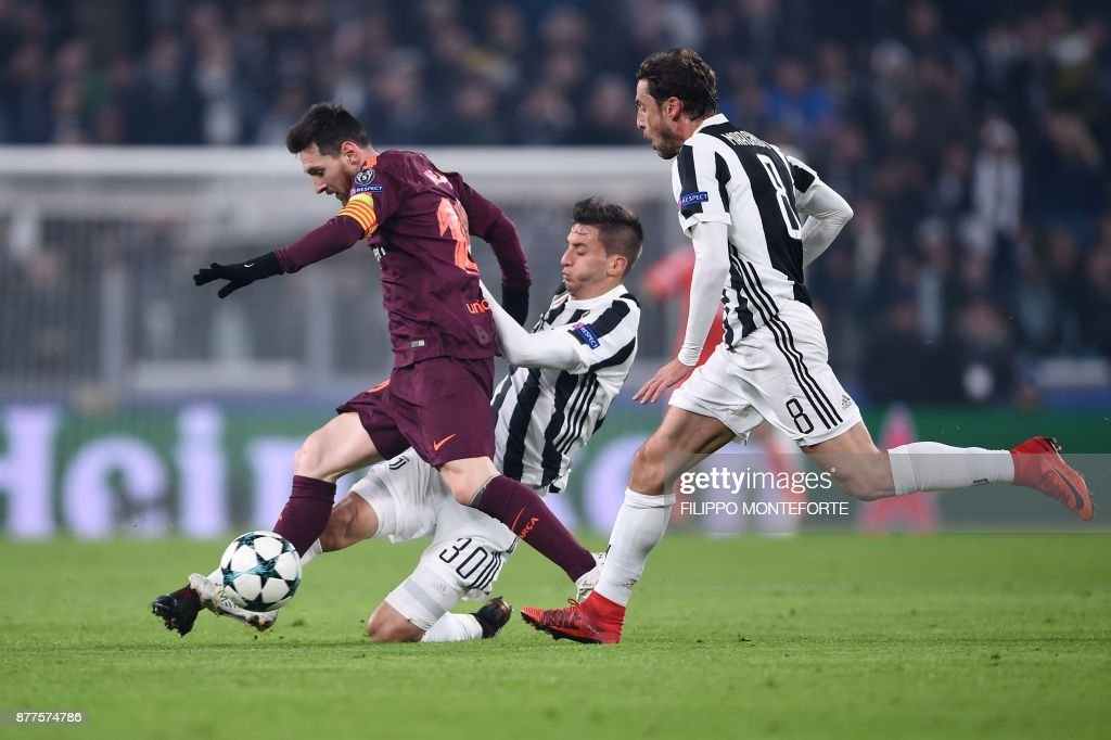 Barcelona's Argentinian forward Lionel Messi (L) vies with Juventus' midfielder from Uruguay Rodrigo Bentancur and Juventus' midfielder from Italy Claudio Marchisio (R) during the UEFA Champions League Group D football match Juventus Barcelona on November 22, 2017 at the Juventus stadium in Turin. / AFP PHOTO / Filippo MONTEFORTE