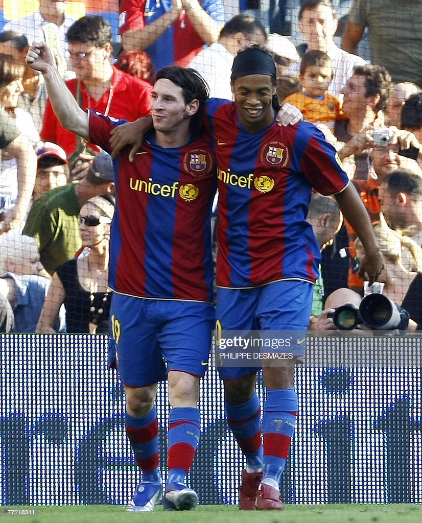 Barcelona's Argentinian Messi (L) is con : News Photo