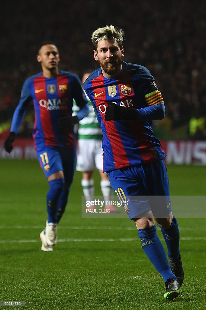 Barcelona's Argentinian striker Lionel Messi (R) celebrates after scoring a penalty for Barcelona's second goal during the UEFA Champions League group C football match between Celtic and Barcelona at Celtic Park in Glasgow on November 23, 2016. / AFP / Paul ELLIS