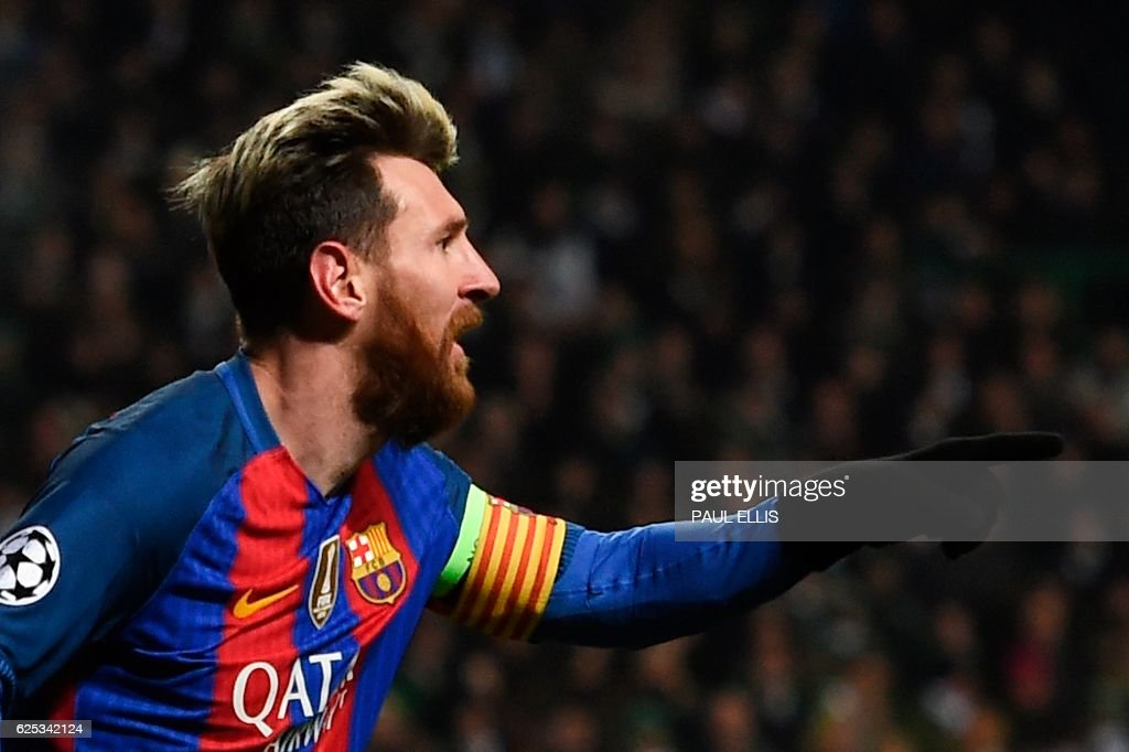 TOPSHOT - Barcelona's Argentinian striker Lionel Messi celebrates scoring the opening goal during the UEFA Champions League group C football match between Celtic and Barcelona at Celtic Park in Glasgow on November 23, 2016. / AFP PHOTO / Paul ELLIS