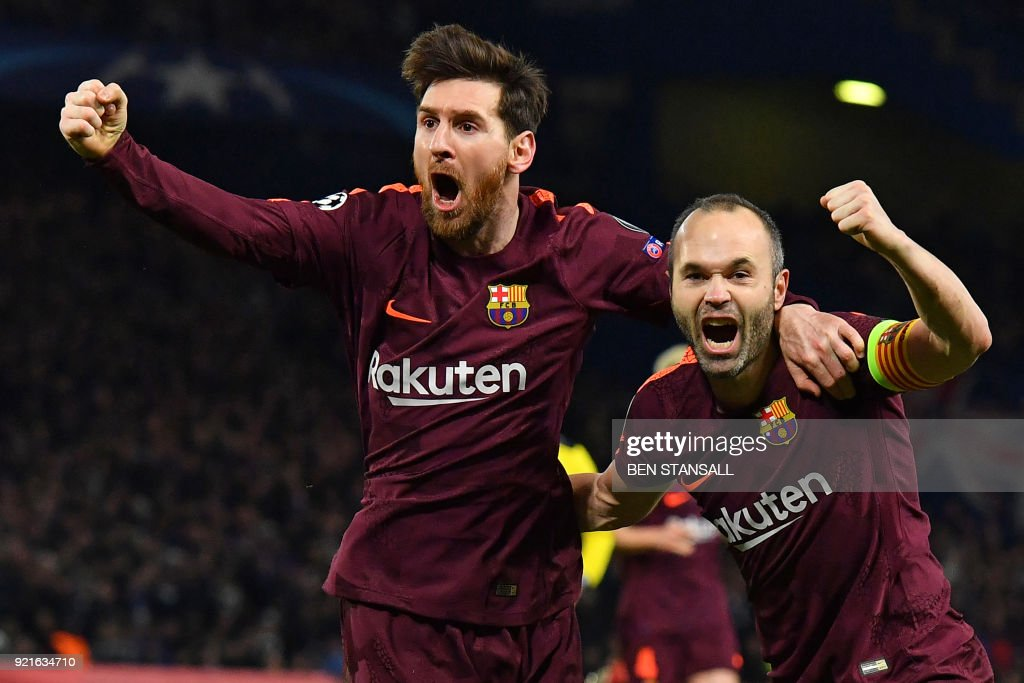TOPSHOT - Barcelona's Argentinian striker Lionel Messi (L) celebrates with Barcelona's Spanish midfielder Andres Iniesta (R) after scoring their first goal during the first leg of the UEFA Champions League round of 16 football match between Chelsea and Barcelona at Stamford Bridge stadium in London on February 20, 2018. / AFP PHOTO / Ben STANSALL