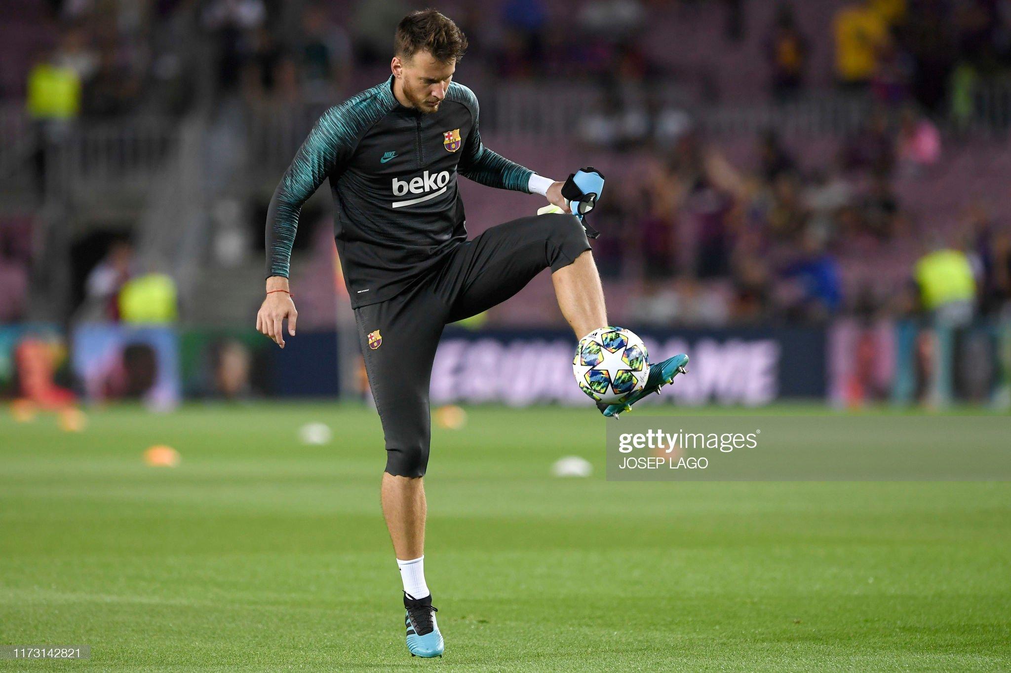 صور مباراة : برشلونة - إنتر 2-1 ( 02-10-2019 )  Barcelonas-brazilian-goalkeeper-neto-warms-up-before-the-uefa-league-picture-id1173142821?s=2048x2048