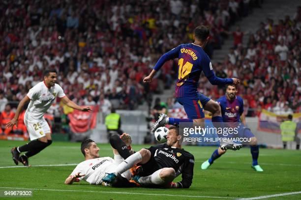 Barcelona's Brazilian midfielder Philippe Coutinho vies with Sevilla's Spanish goalkeeper David Soria during the Spanish Copa del Rey final football...