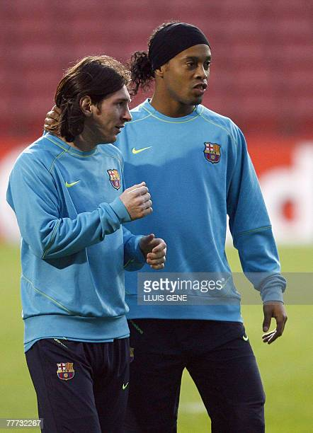 Barcelona's Brazilian midfielder Ronaldinho and Argentinian Leo Messi take part in a training session at the Camp Nou stadium in Barcelona 06...