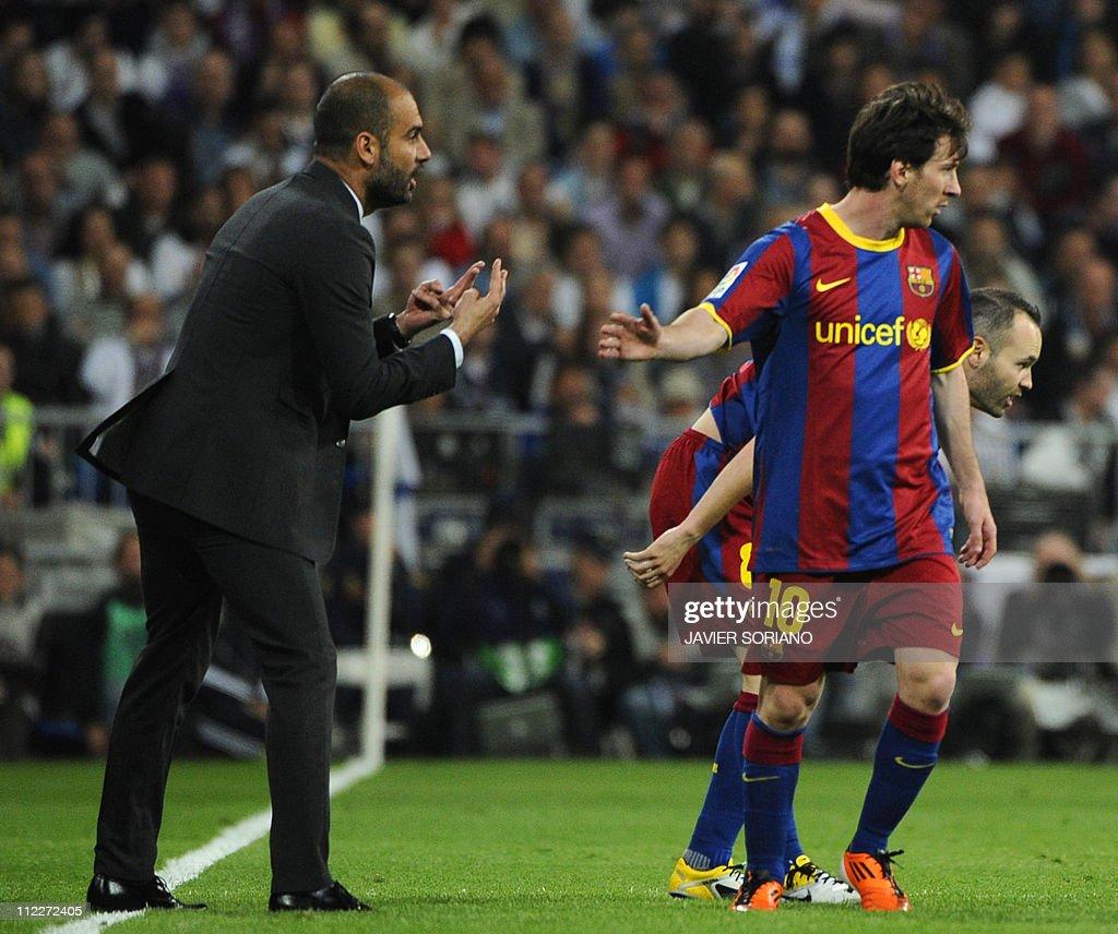 Barcelona's coach Josep Guardiola (L) sp : News Photo
