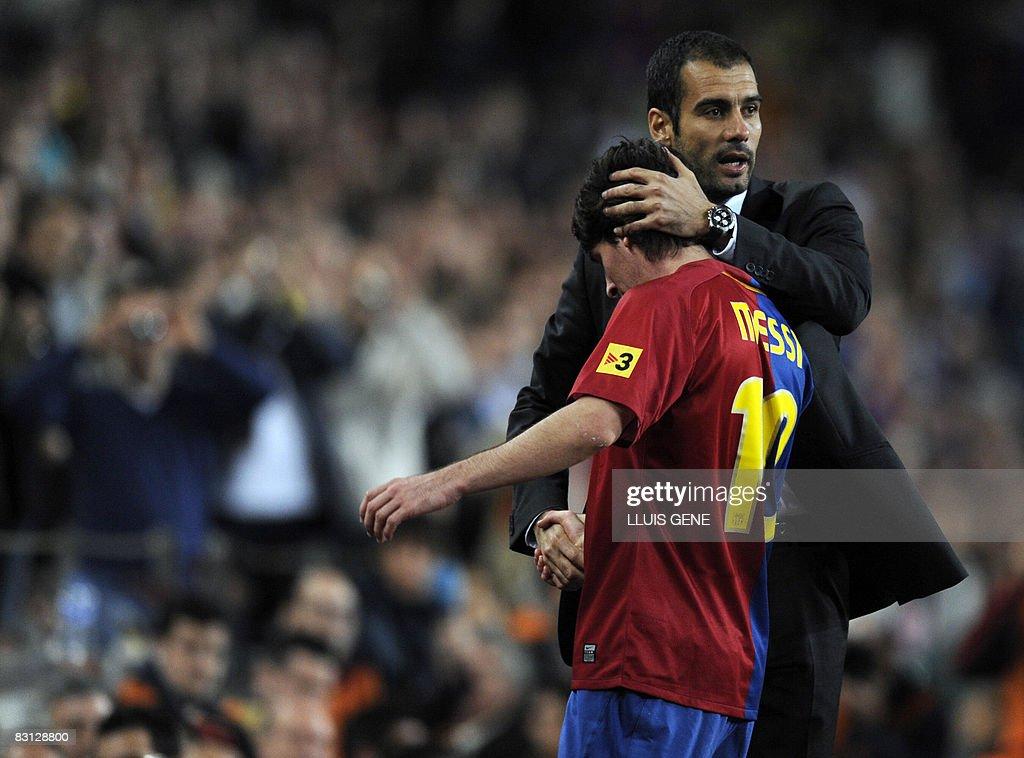 Barcelona's coach Pep Guardiola (L) cong : News Photo